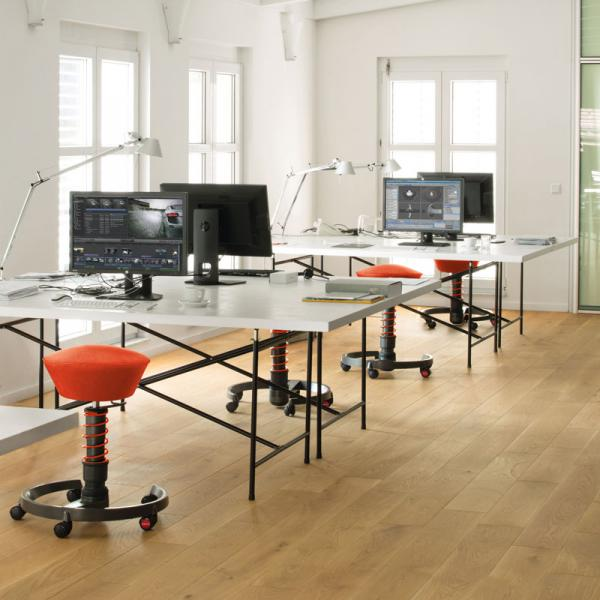 Healthy and motivated in the office: with a workplace in motion